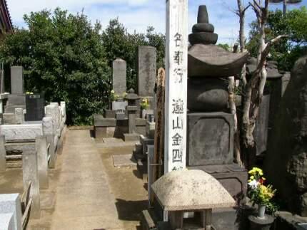 遠山景元の墓.jpg