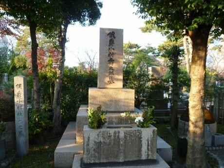 小村寿太郎の墓.jpg