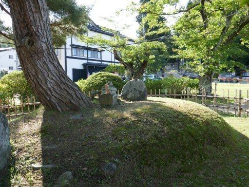 弁慶の墓2.jpg