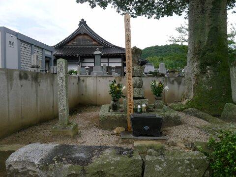 母里太兵衛の墓.jpg