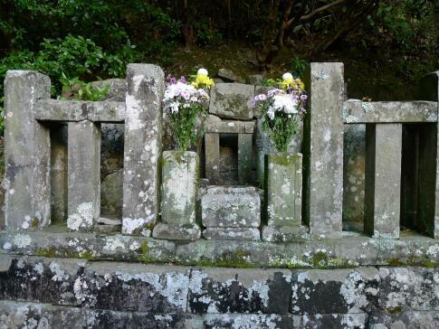 誓願寺3 片桐且元の墓.jpg