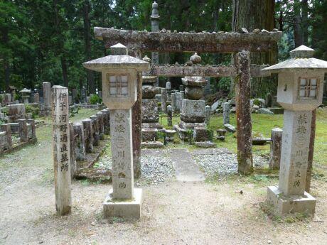 52河野通直の墓.jpg