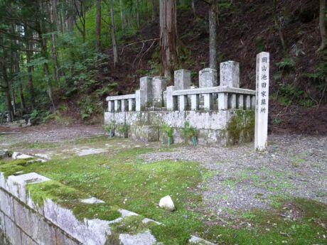 56岡山池田家墓所.jpg
