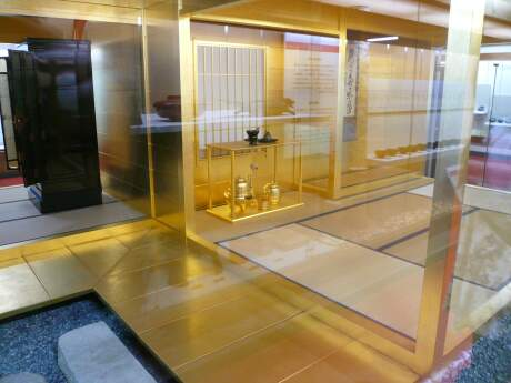 稲庭城 黄金の茶室.jpg