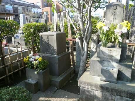 芥川龍之介の墓.jpg