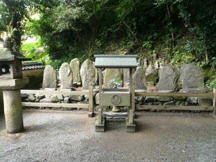 赤間神宮 平家一門の墓.jpg