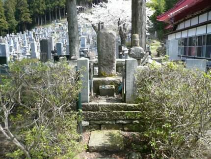 明徳寺 高坂弾正の墓.jpg