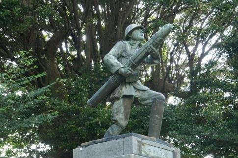 三柱神社 爆弾三勇士の像.jpg