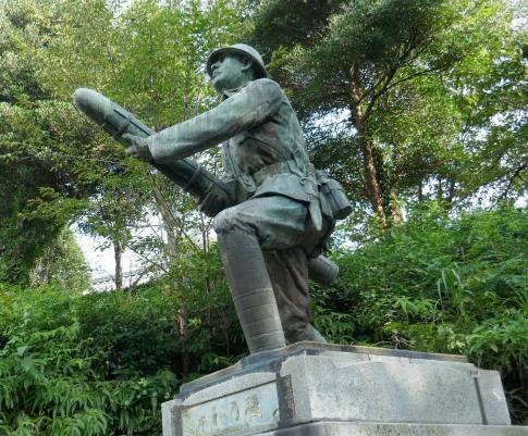 三柱神社 爆弾三勇士の像3.jpg