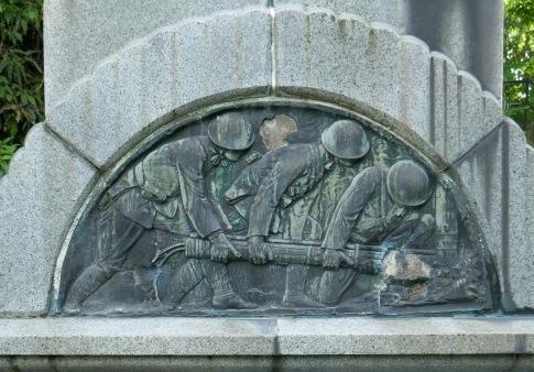 三柱神社 爆弾三勇士の像4.jpg