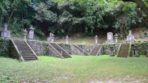 二本松藩主の墓.jpg