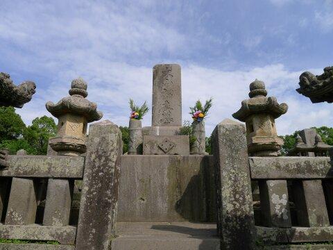 南州墓地 大山綱良の墓.jpg