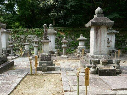 古心寺 黒田長興の墓.jpg