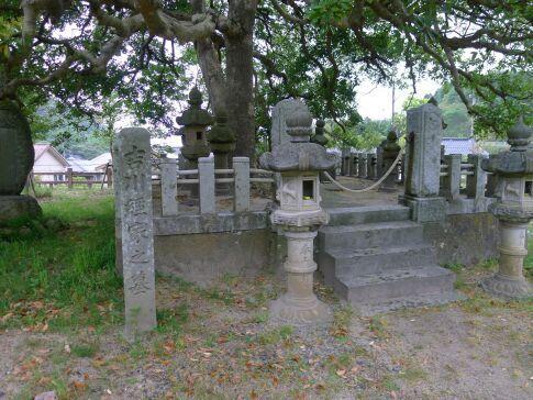 吉川経家の墓.jpg