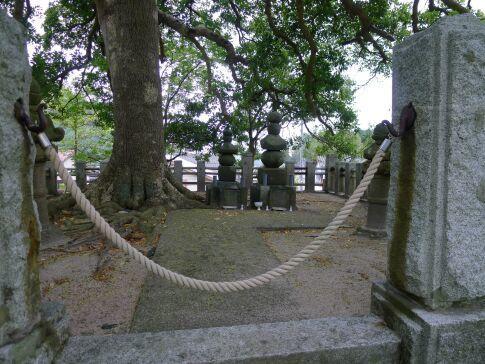 吉川経家の墓2.jpg