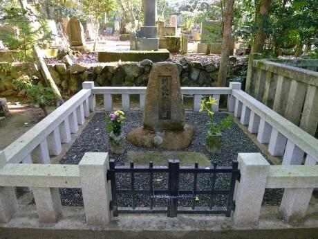 同志社墓地 新島八重の墓.jpg