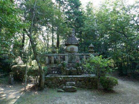 堀尾吉晴の墓.jpg