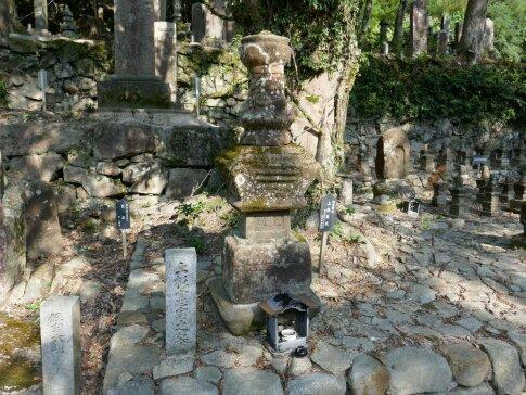 大寧寺 上杉憲実の墓.jpg