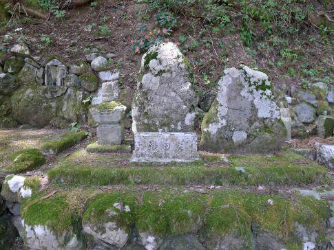 宝慶寺 織田家の墓.jpg