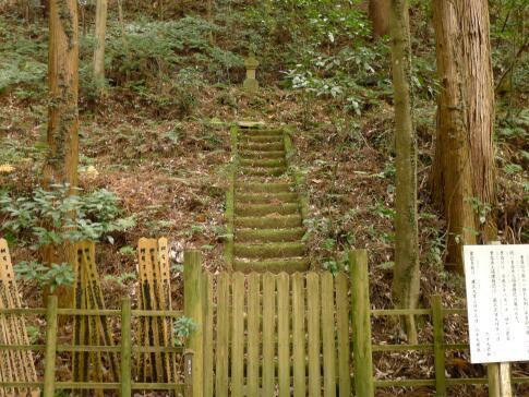 小松寺 平重盛の墓.jpg