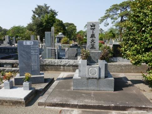 山下奉文の墓.jpg
