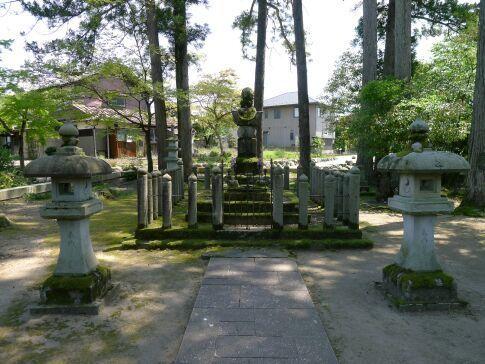 朝倉義景の墓2.jpg