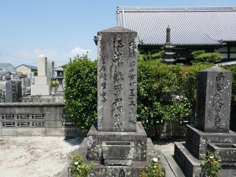 本行寺 江藤新平の墓.jpg