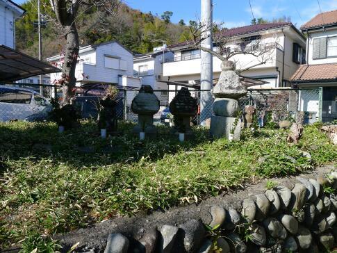 梶原景時一族の墓.jpg
