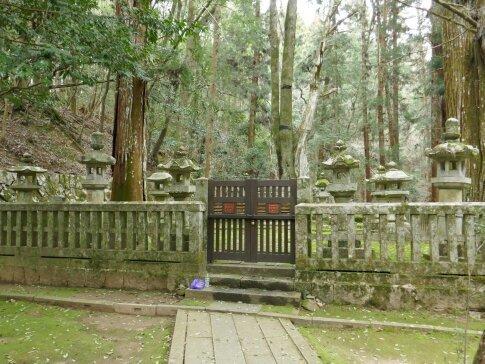 毛利元就の墓3.jpg
