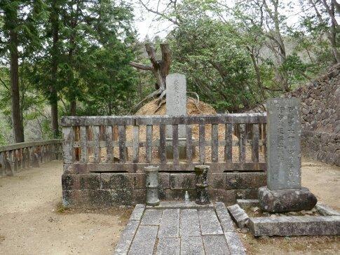 毛利隆元の墓.jpg