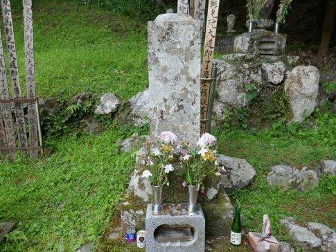 渋沢平九郎の墓2.jpg