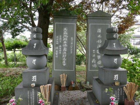 源氏三代供養塔2.jpg