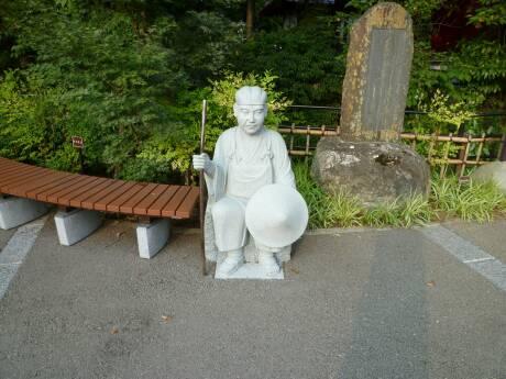 田原の滝 芭蕉句碑と石像.jpg