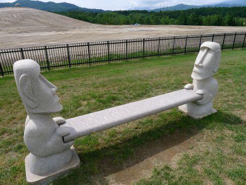 真駒内滝野霊園のモアイ像3.jpg