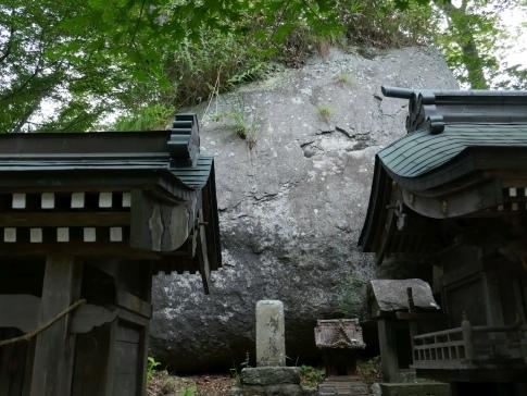 石都々古和気神社剣石.jpg