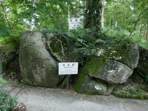 石都々古和気神社勾玉岩.jpg