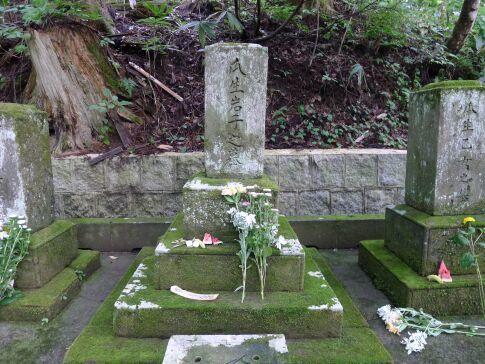 示現寺 瓜生岩子の墓.jpg