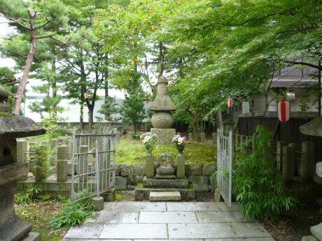 蒲生氏郷の墓2.jpg