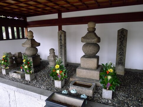足利義教首塚・細川ガラシャの墓.jpg