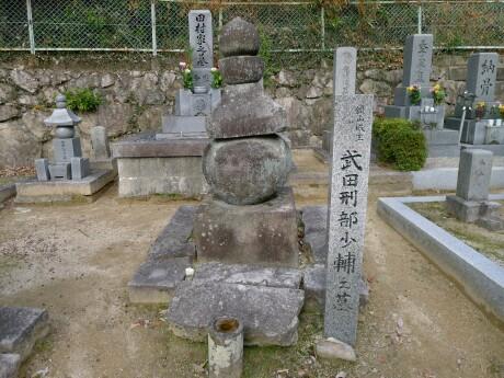銀山城主武田墓.jpg