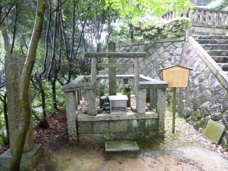 霊山護国神社 吉村寅太郎の墓.jpg