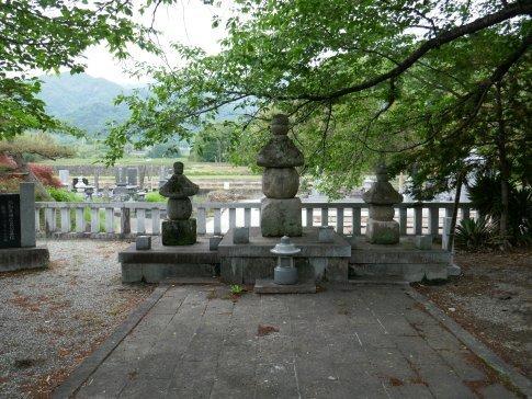 願成寺 武田信義の墓.jpg