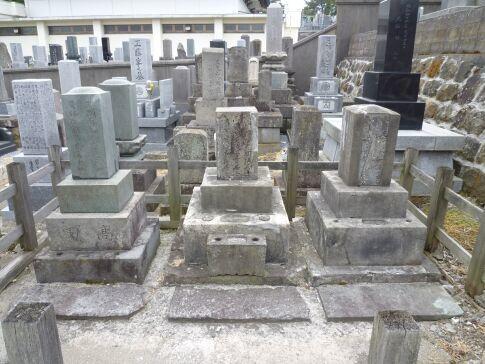 高田屋嘉兵衛一族の墓.jpg