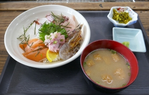 魚市魚座で海鮮丼.jpg