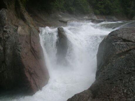 鱒飛の滝.jpg