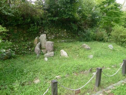 鳥羽山城 枯山水庭園跡.jpg