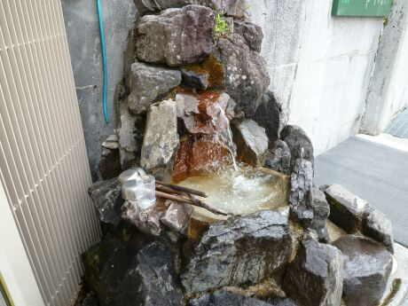 黒部ダム 破砕帯の湧き水.jpg